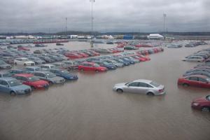 Autoja parkkipaikalla tulvassa