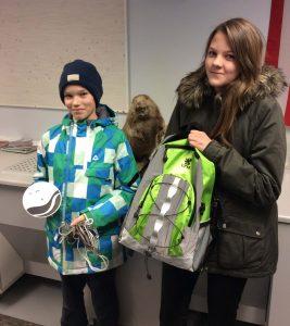 UPM lahjoitti Eurajoen yhteiskoululle repullin lähivesien tutkimusvälineitä. Kuvassa 7b-luokan Aleksi Kuusela ja Elina Rantamäki.