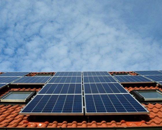 Aurinkoenergiayhteisöt tulossa taloyhtiöihin – Näillä vinkeillä onnistut
