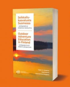 Kuvassa kirja Seikkailukasvatusta Suomessa
