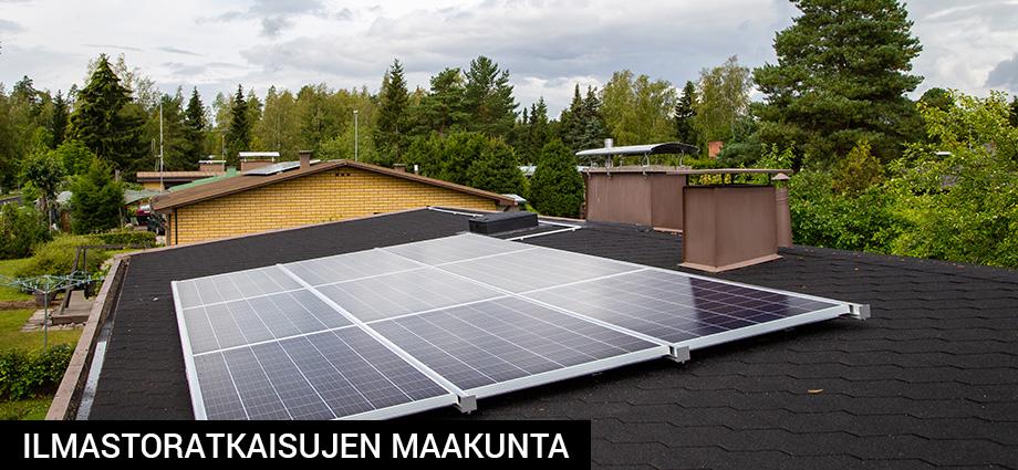 Aurinkopaneeleita omakotitalon katolla