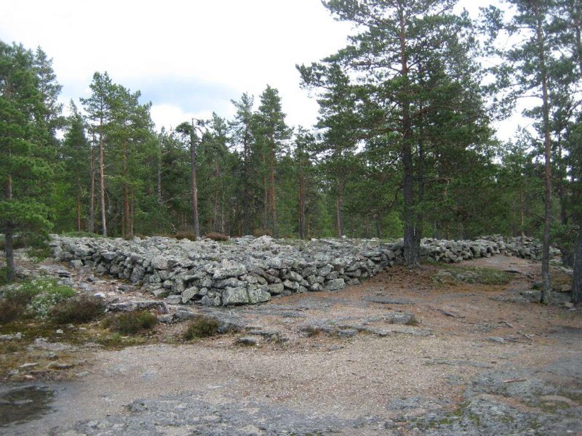 Kuvassa kivinen laaja-alainen muodostelma, jonka uskotaan olevan kirkonlattia.
