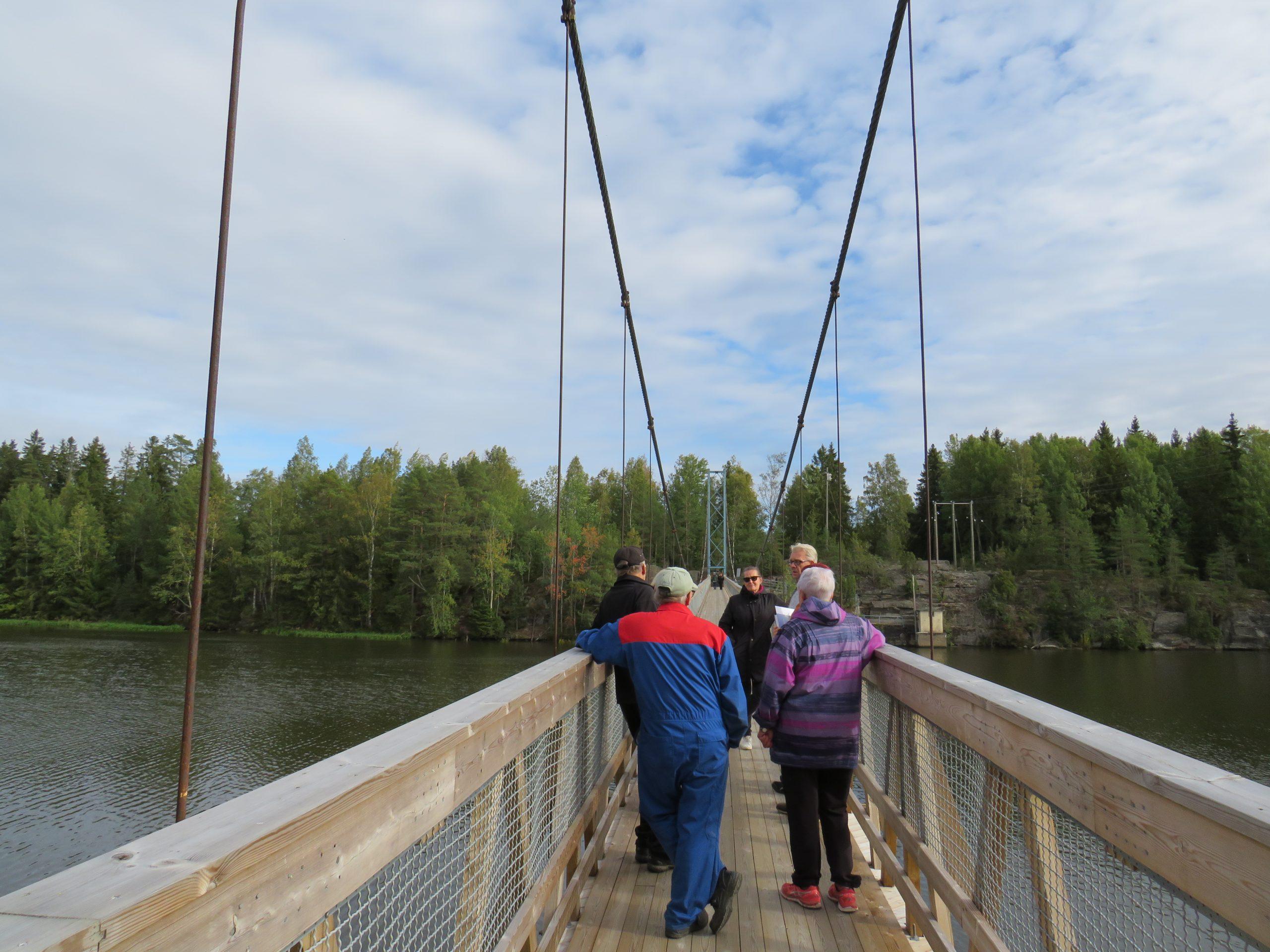 Kuvassa työryhmäläisiä ja yhdistyksen jäseniä seisomassa sillalla ja keskustelemassa.
