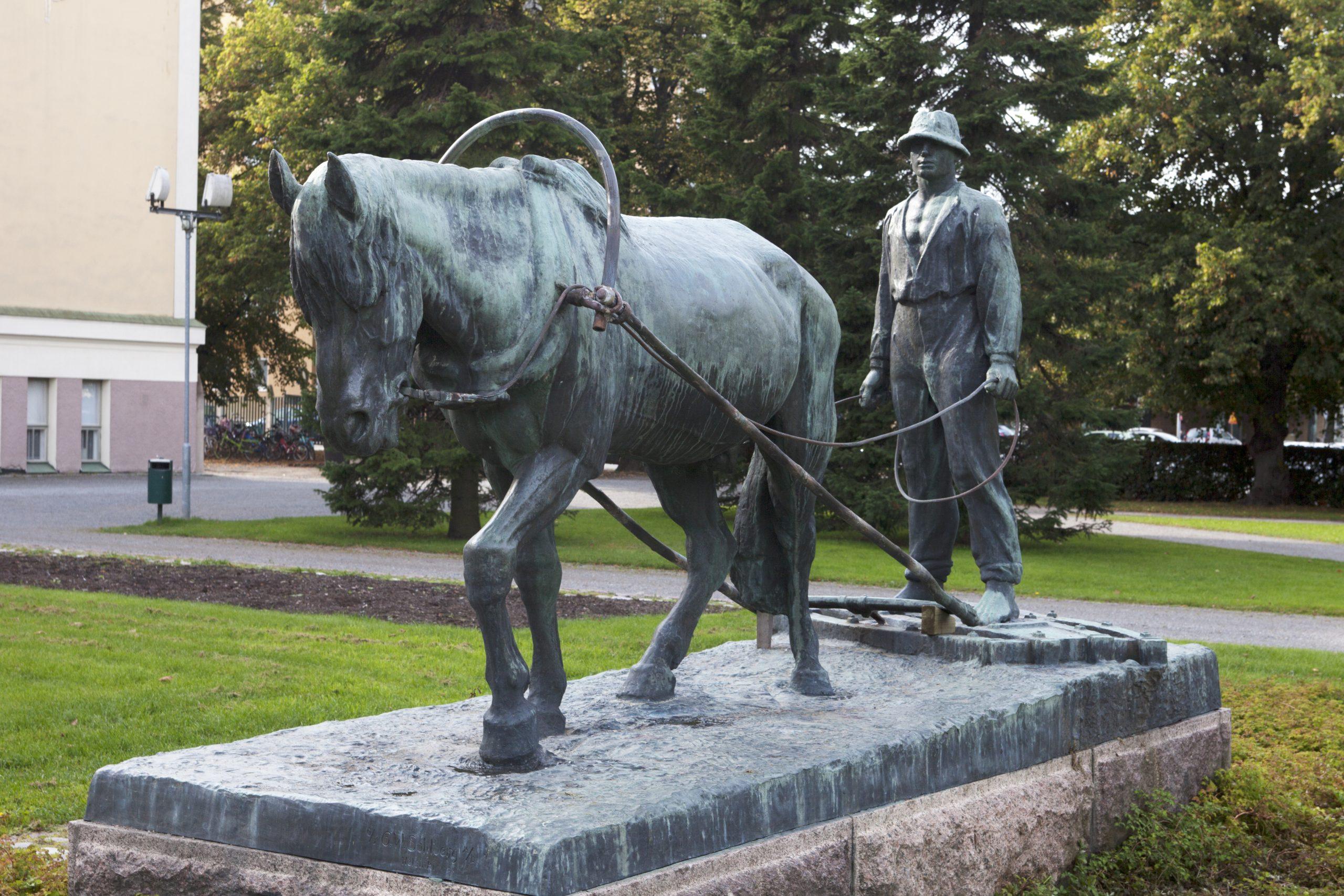 Kuvassa pronssiveistos, jossa edessä on hevonen ja sen takana mies.