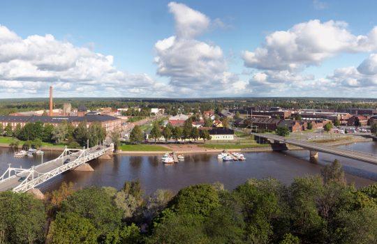 Kirkontornista otettu kuva. Kuvassa Kokemäenjoen toisella puolella Porin vanha puuvillatehdas, kauppakeskus Puuvilla, puisia asuinrakennuksia ja teollisuusaluetta.